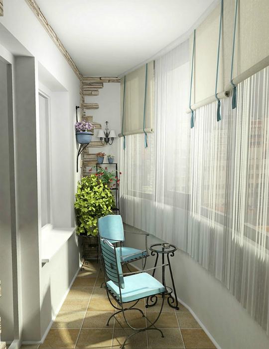 Легкие занавески, живые цветы и мягкие стулья для посиделок у окна.