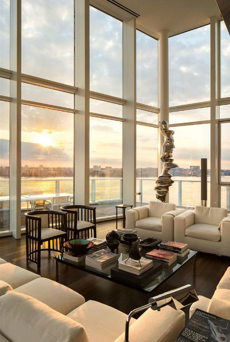 Гостиная с огромными окнами.