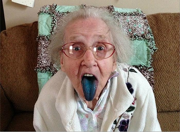 Позитивная бабуля с синим языком.