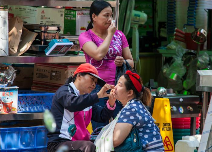 Услуги красоты на улице. | Фото: TripHints.