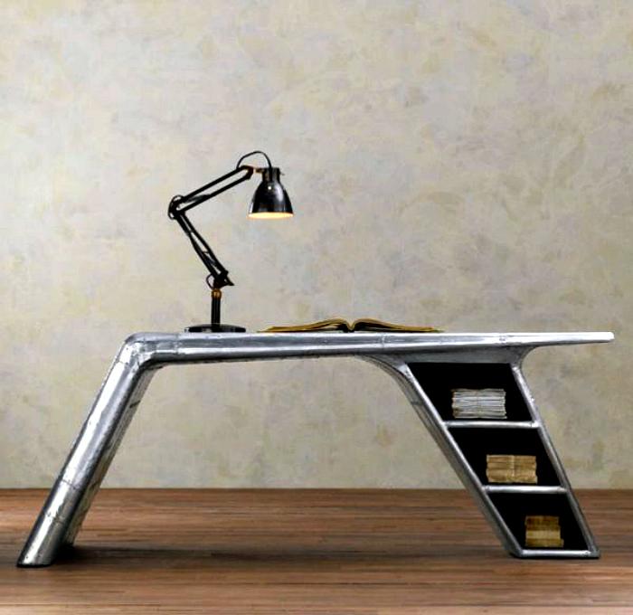 Письменный стол из металла.