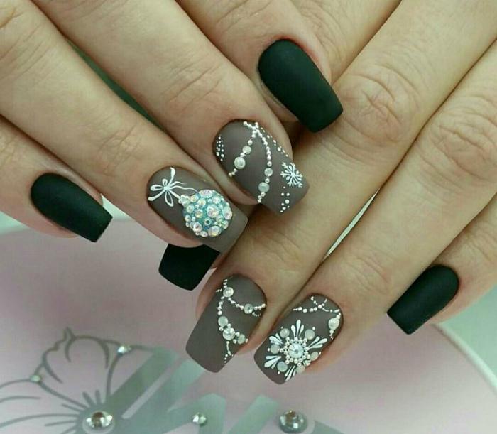 Шарики и гирлянды на ногтях.