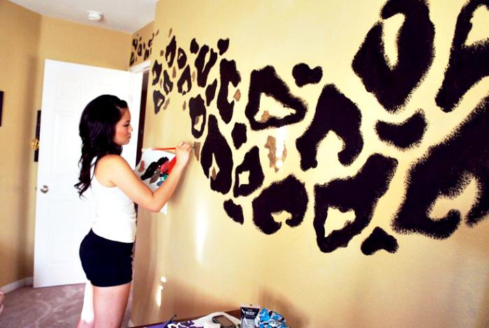 Леопардовый принт на стене.