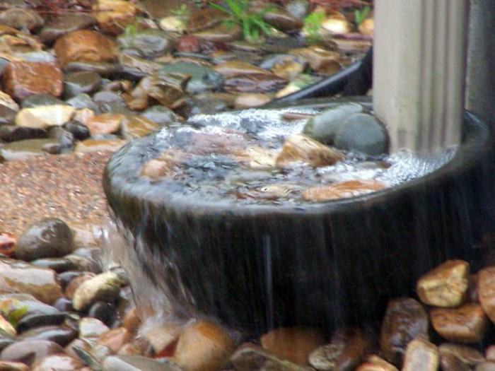 Отмет водостока, украшенный мини-водопадом.