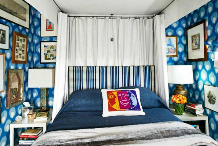 Сочетание принтов и текстур в интерьере маленькой спальни.