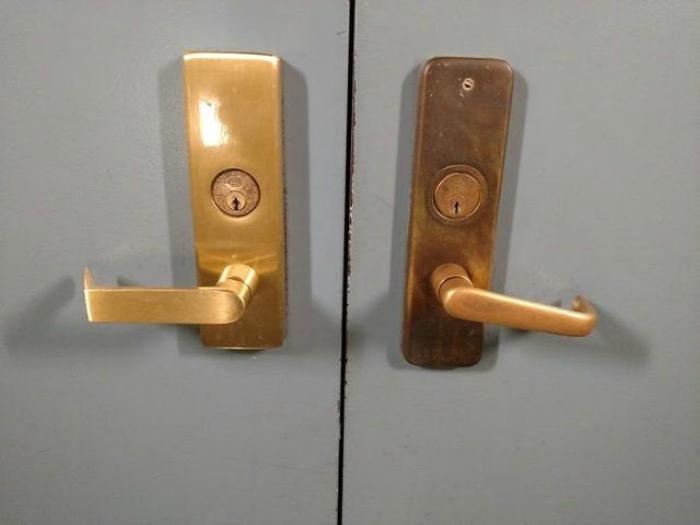 Две одинаковых ручки, но одна всегда закрыта.