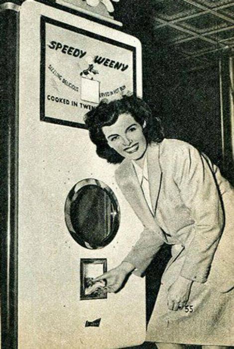 Автомат с горячими хот-догами.