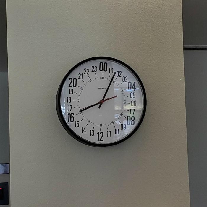 Часы с нестандартным циферблатом. | Фото: Reddit.