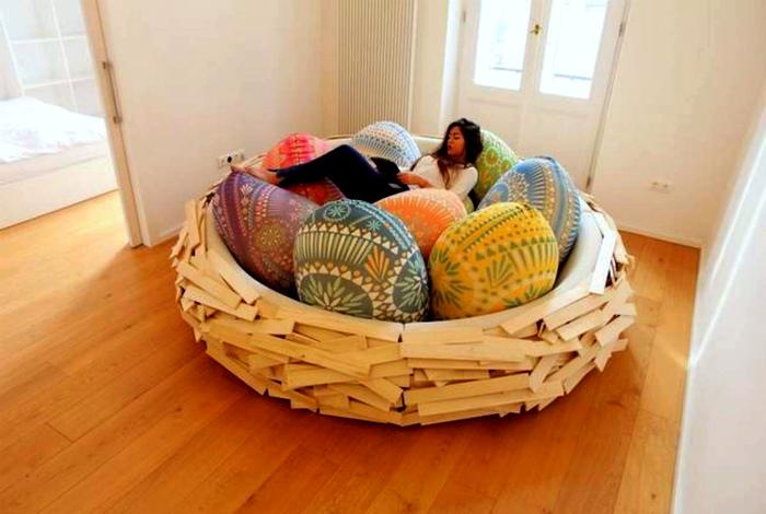 Дизайнерский диван в виде гнезда. | Фото: RenoHood.com.