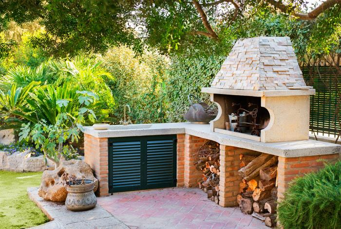 Угловая кухня из кирпича.| Фото: Сад и огород.