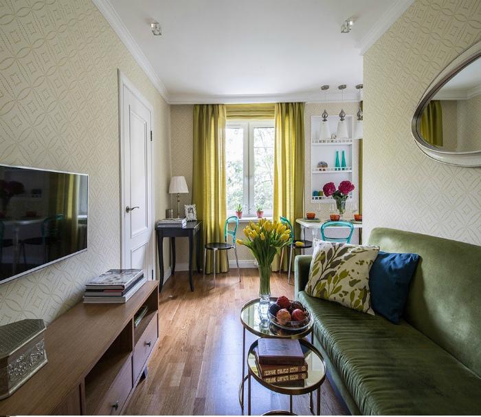 Узкая гостиная в классическом стиле.