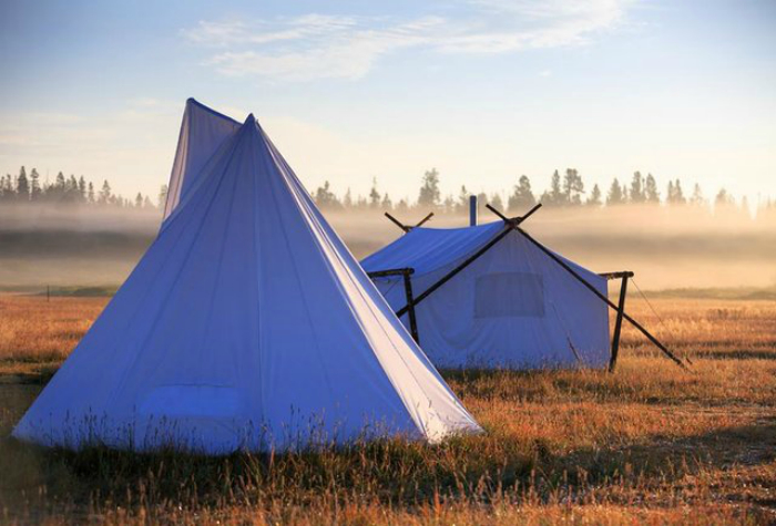 Палаточный лагерь, который предлагает каякинг, пеший туризм, рыбалку и спуск на плотах.
