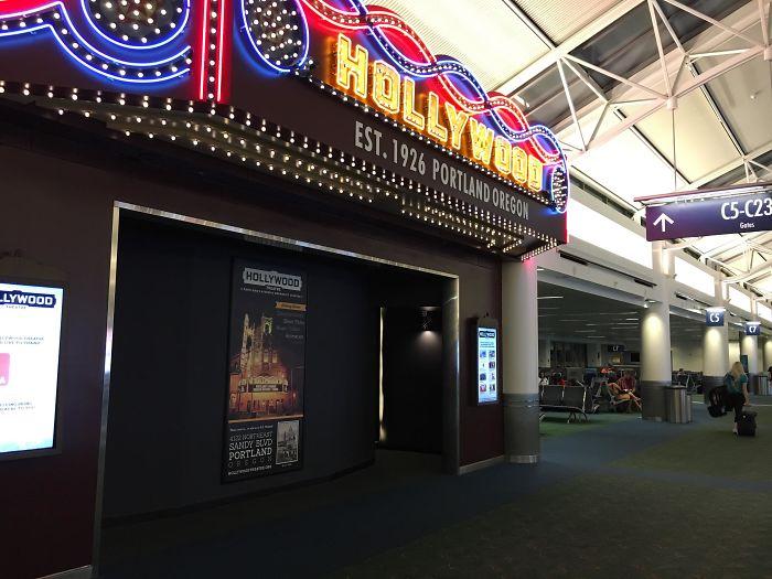 Кинотеатр в аэропорту. | Фото: Зеленый зонтик.