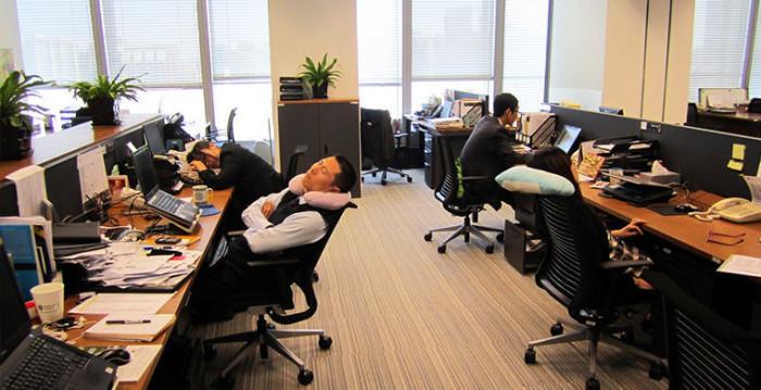 Дневной сон на рабочем месте.