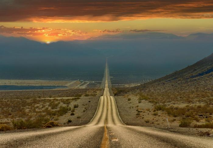 Дорога через Долину смерти в лучах заката, США.