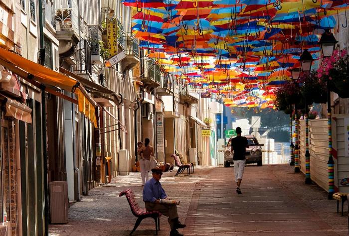 Навесы из ярких разноцветных зонтиков, затянувшие пешеходные улицы города Агеда.