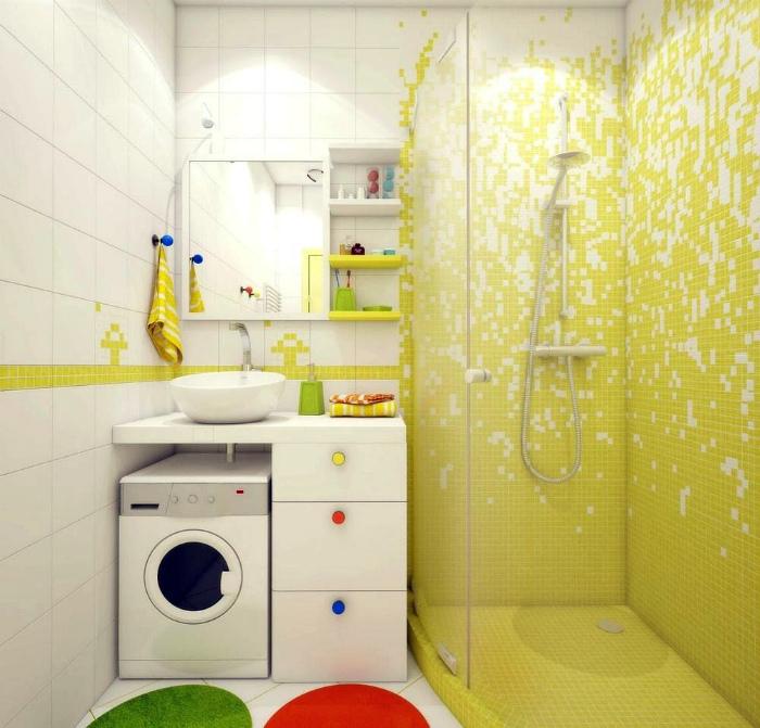 Белый санузел с желтой мозаикой.