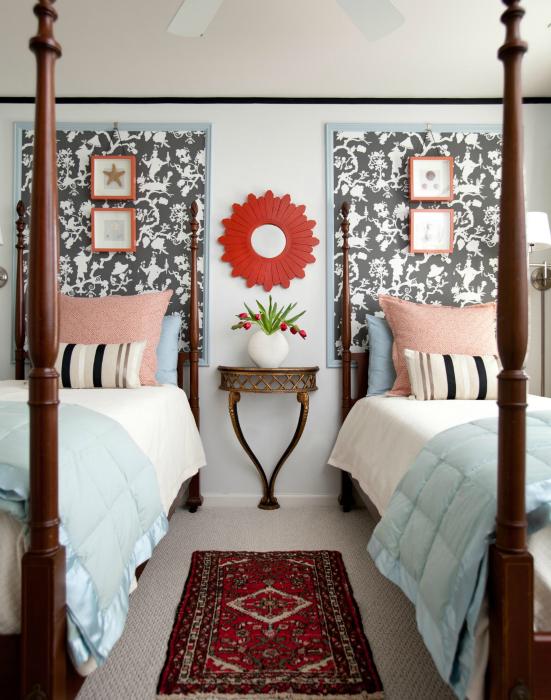 Большая картина в нейтральных тонах - простой способ украсить изголовье кровати.