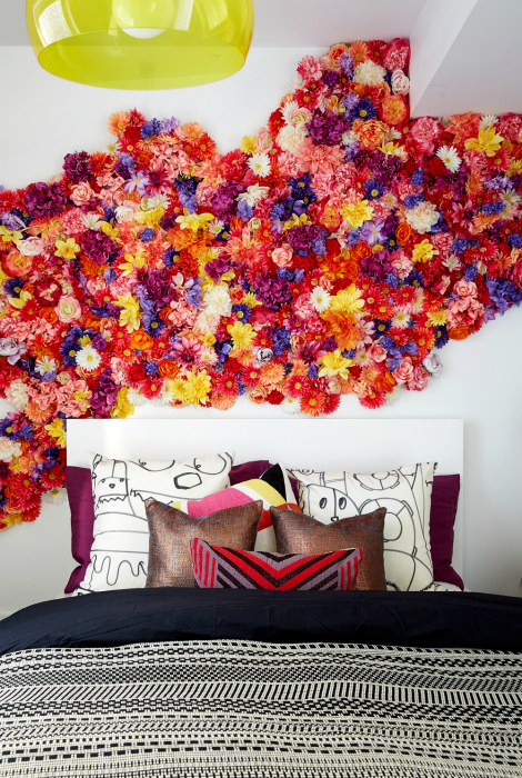 Стена, украшенная цветами.