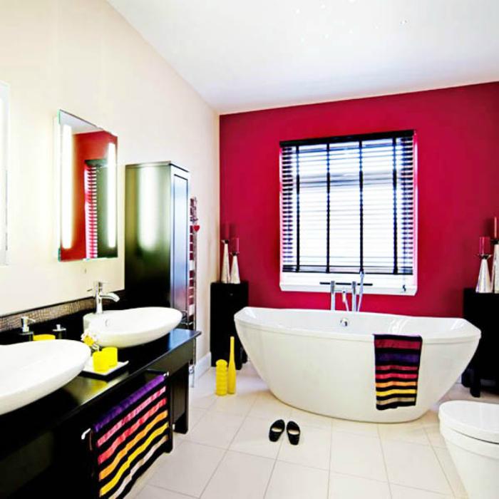 Ванная комната с яркой акцентной стеной.