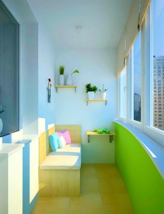 Балкон с салатной стеной.