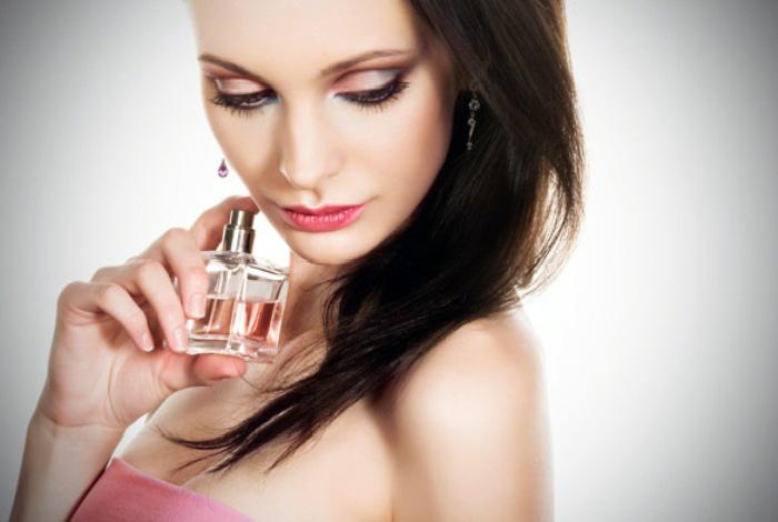 Наносить любимый парфюм на волосы.