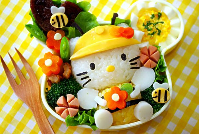 Милый котенок Китти из риса и овощей.