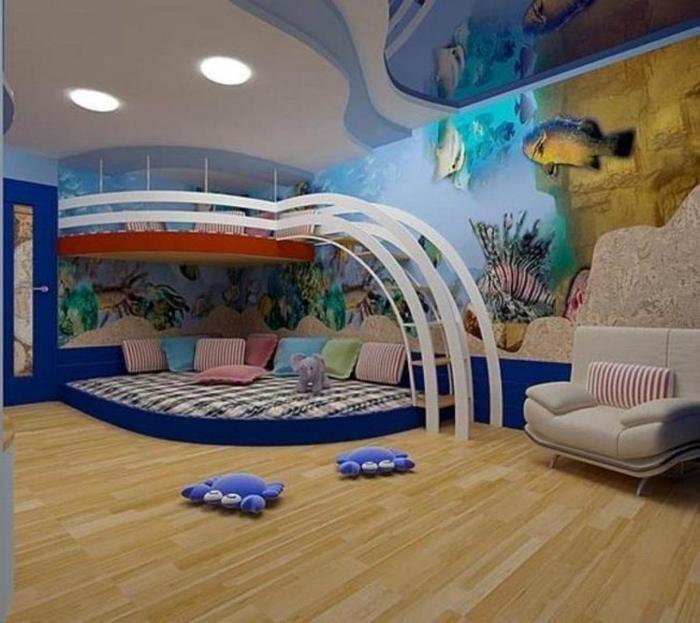 Фотообои с изображением морских рыб и оригинально оформленная двухуровневая спальная зона.