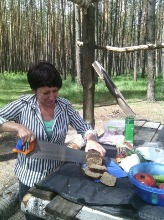 Суровый способ порезать хлеб.