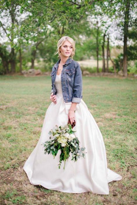 Классическое свадебное платье в сочетании с джинсовой курткой.