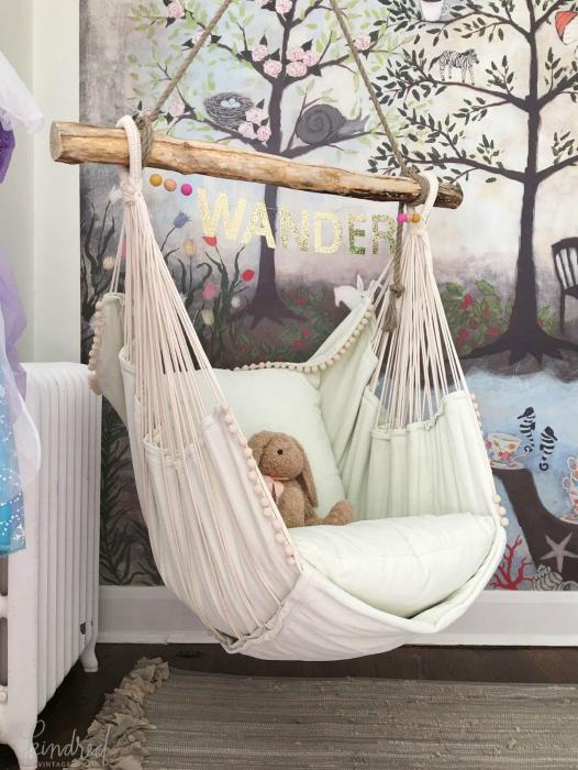 Яркая детская с подвесным креслом.