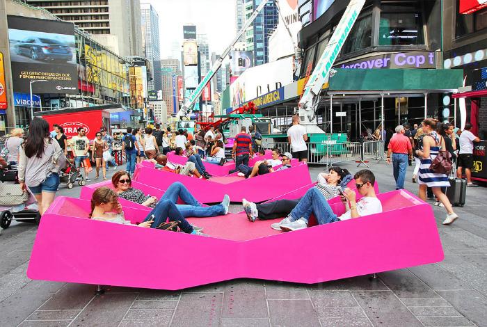 Розовые лежаки для общественного пользования.