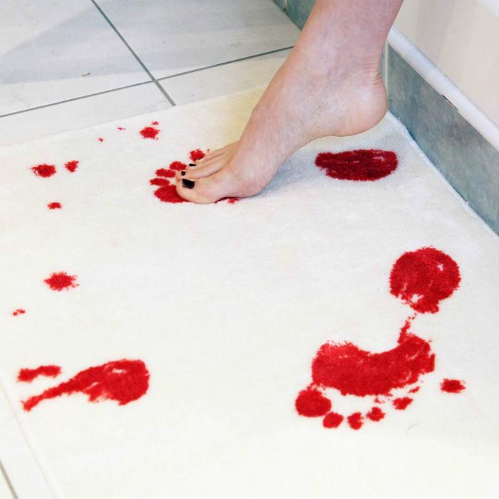«Кровавый» коврик для ванны.
