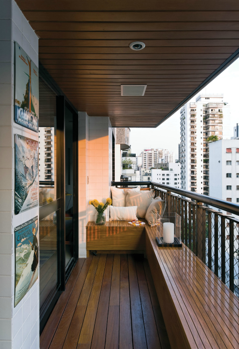 Открытый балкон, обшитый деревом.