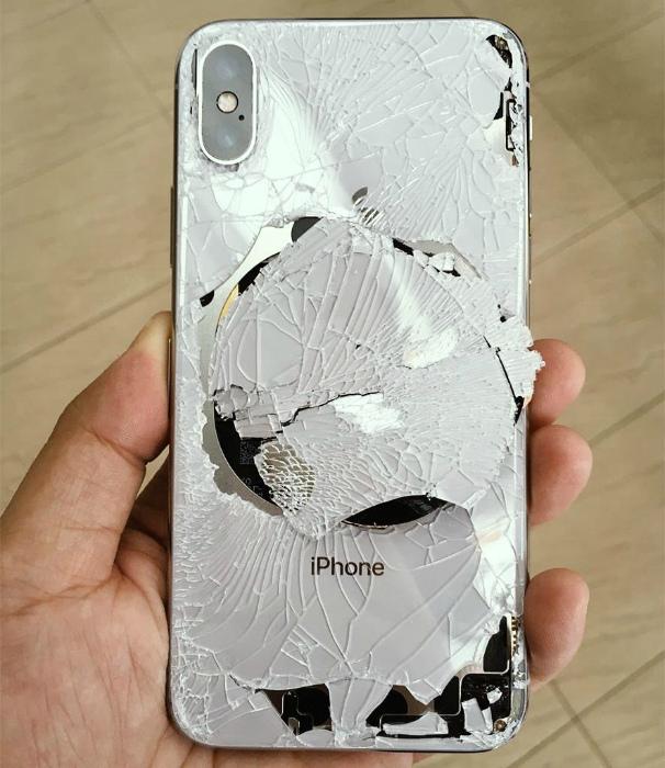 Разбитый телефон.