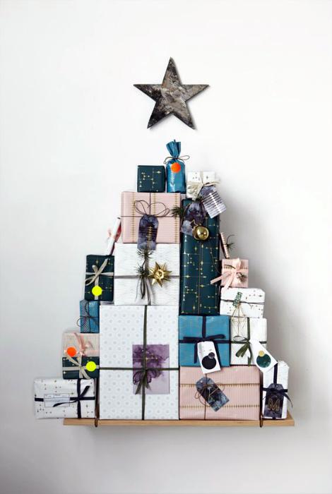 Подарочные коробки, сложенные в виде елки.