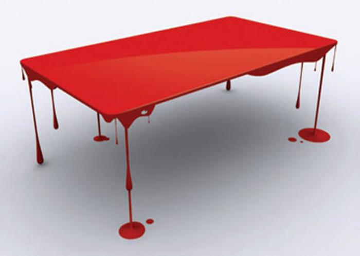 Яркий стол, который стоит на подтеках краски.