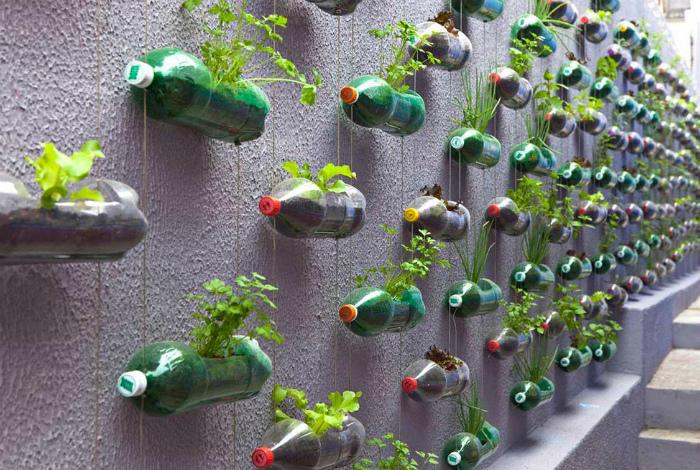 Стеллаж из бутылок на заборе.