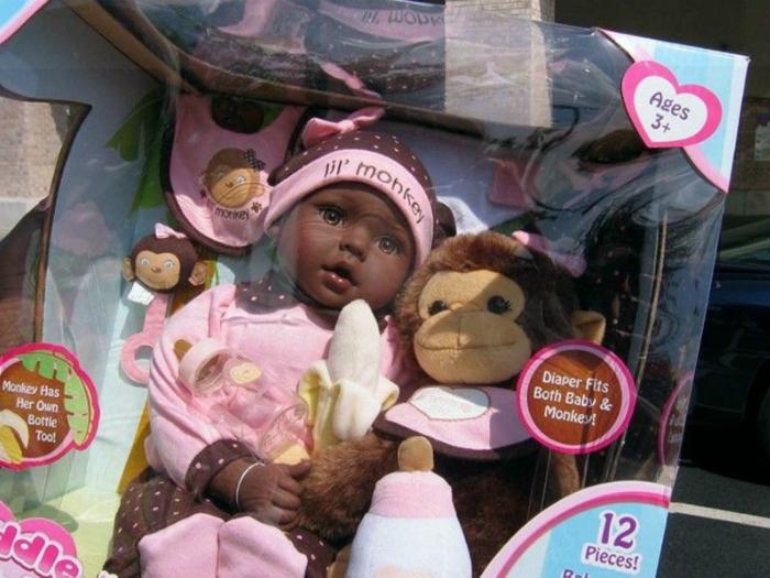 Создатели данной куклы почему-то сравнили ее с обезьянкой.