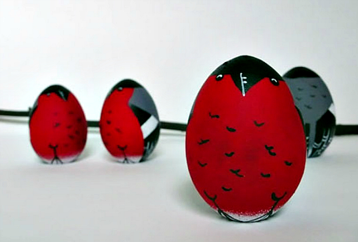 Яркая идея для украшения яиц.