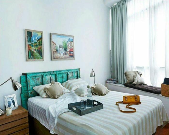 Нейтральный интерьер с кроватью, украшенной ярким изголовьем.