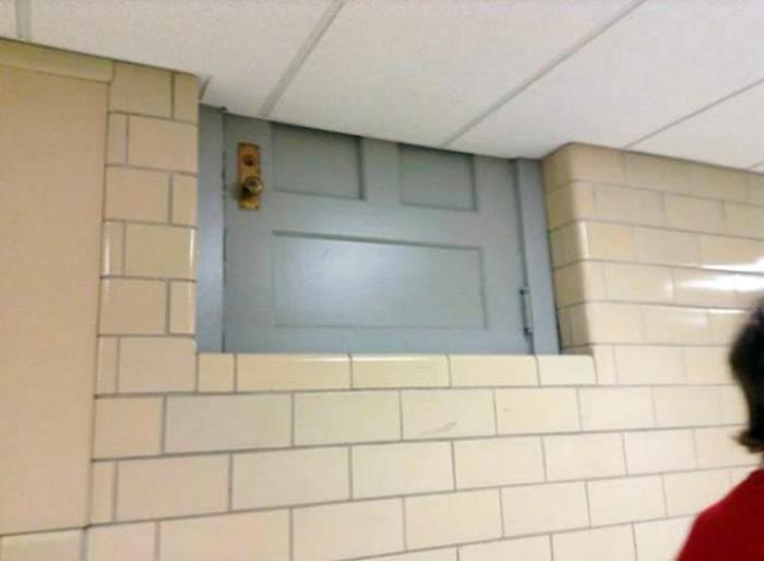 Кусочек двери показался.