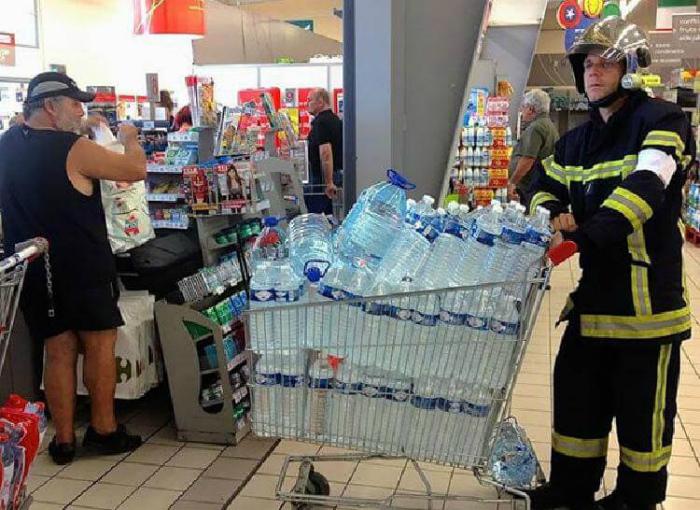 Зачем пожарному вода? | Фото: Reddit.