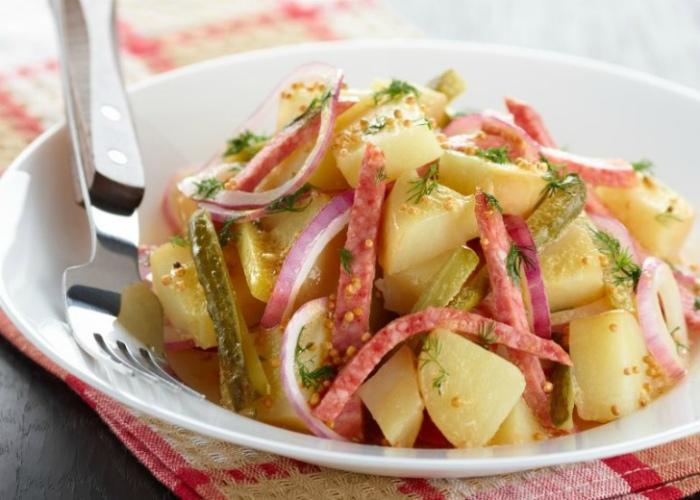 Салат из картошки и ветчины.