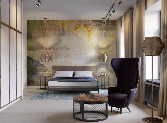 Спальня с выцветшими обоями на одной из стен.