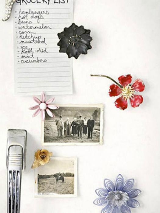 Магниты на холодильник в виде весенних цветов.