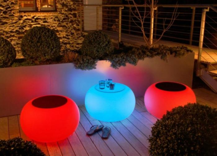 Светящаяся садовая мебель. | Фото: Recreo Viral.