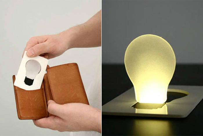 Сверхтонкий, компактный фонарик EON Classic, который выглядит, как кредитная карточка.