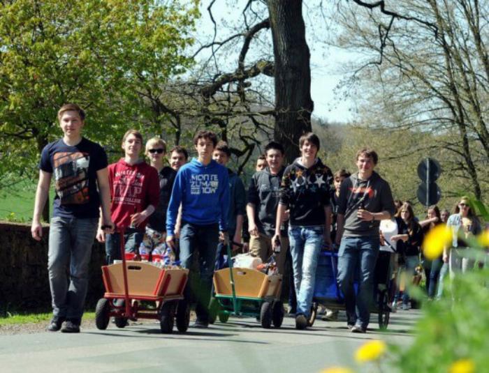Шествие с тележками.| Фото: Mein Deutsch.