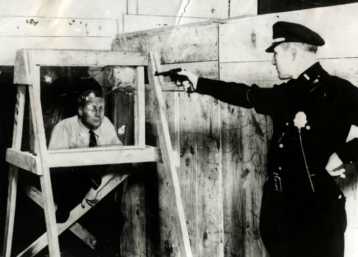 Тестирование пуленепробиваемого стекла, США, 1931 года.